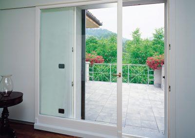 Navello finestra legno scorrevole complanare davanti al muro