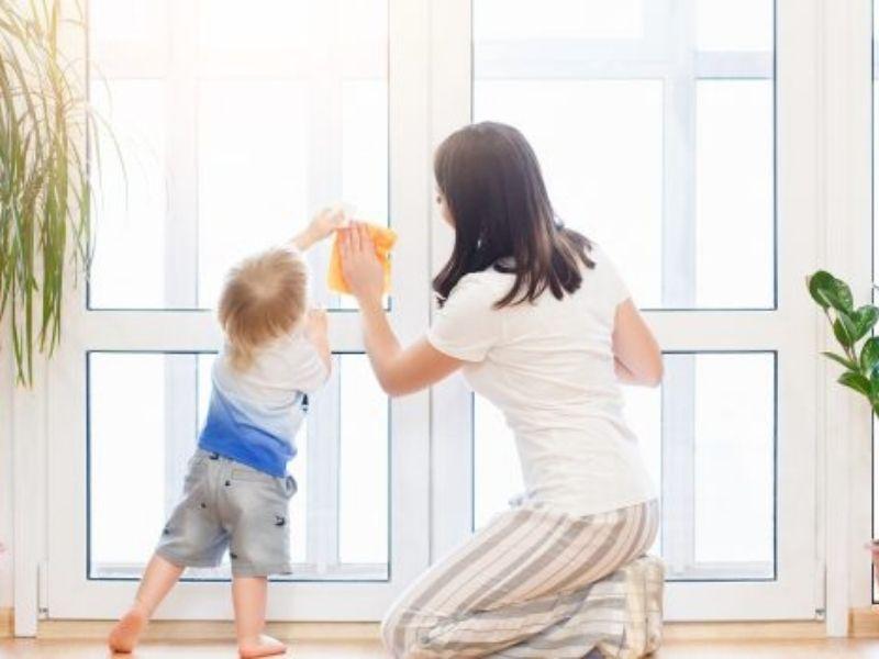 Pulizie di primavera: come pulire finestre e porte in legno